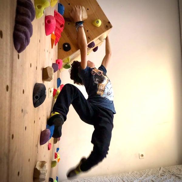 Libertar a energia aproveitando a parede de escalada dentro de casa.