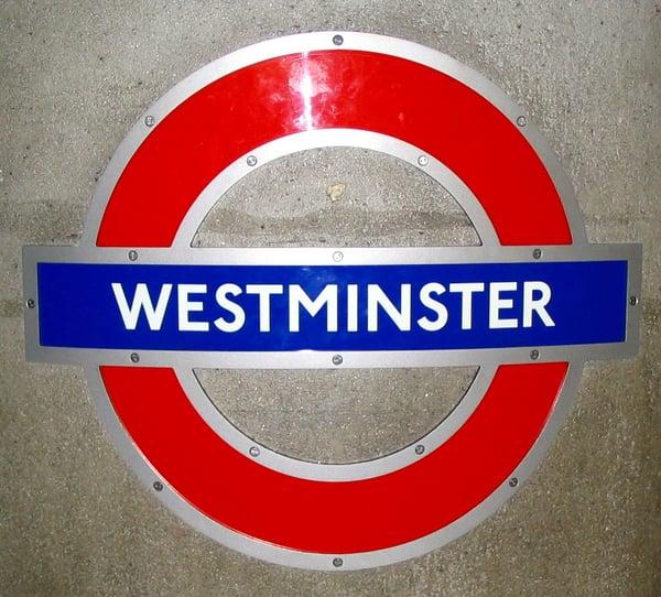 Sinal do metro de Londres, the tube, na estação de Westminster