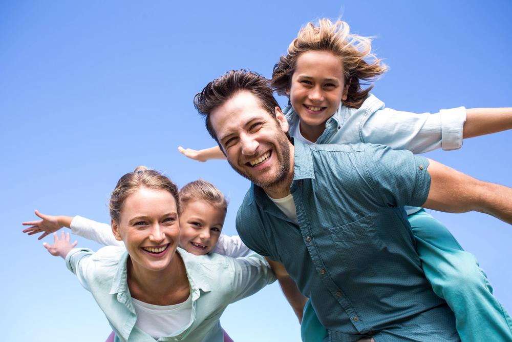Pais e filhos felizes e confiantes
