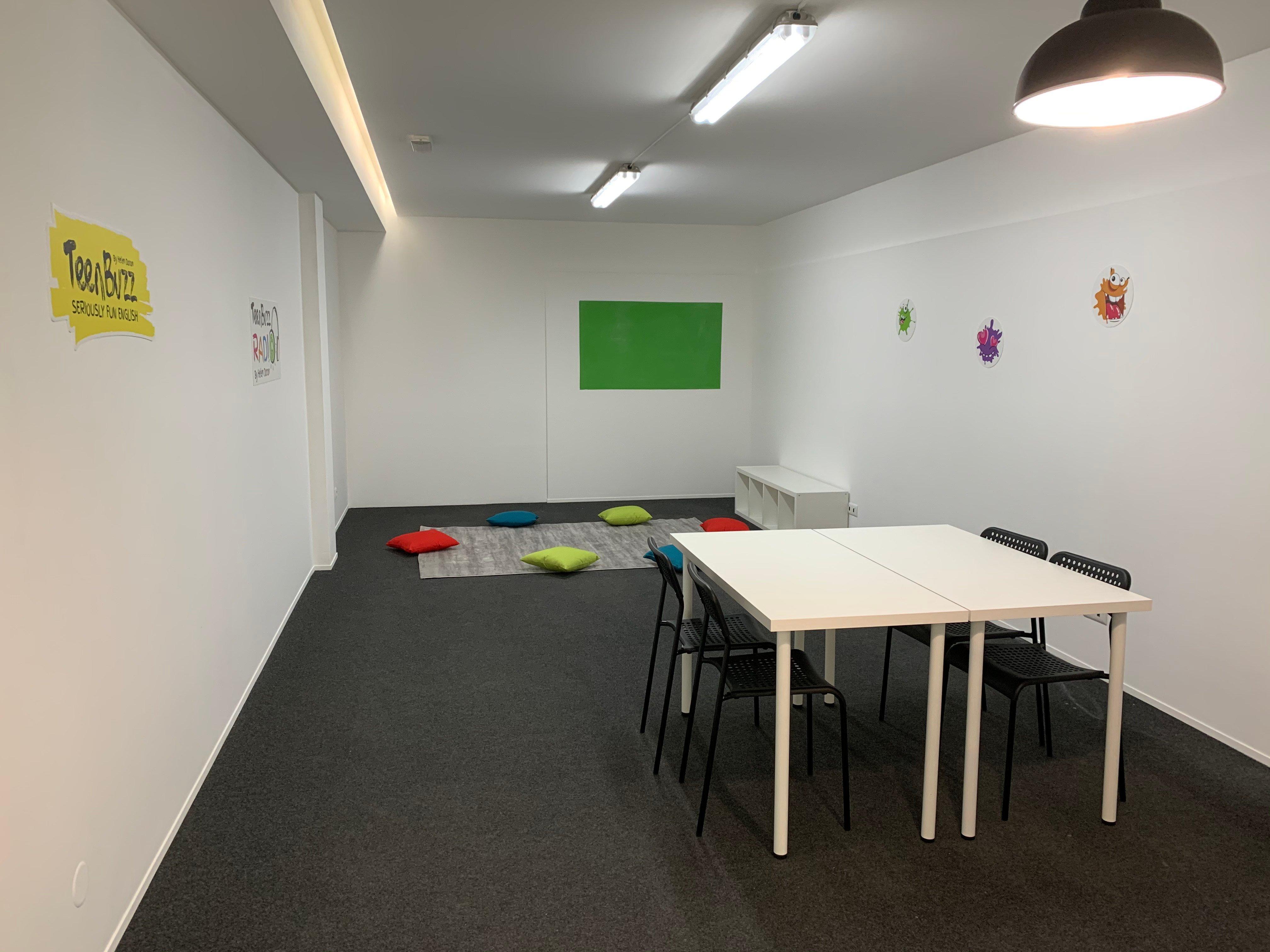 A sala dos adolescentes para alunos dos 12 aos 19 anos